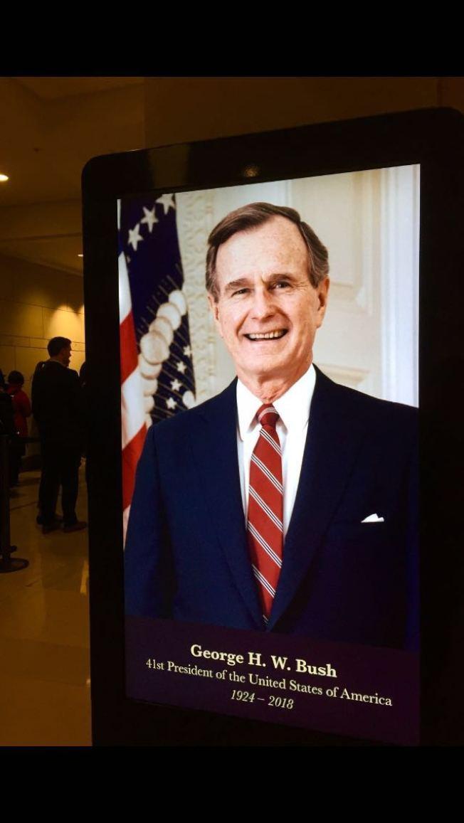 進入國會山莊大廳,迎面可見的是一幅老布希笑容可掬的大幅彩色照片。(照片皆為王康生/攝影)