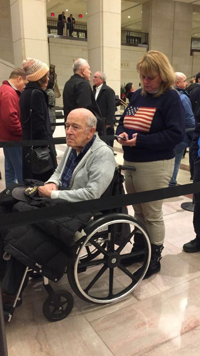 一個坐輪椅的退伍海軍老兵一定要女兒推他來瞻仰老布希。(照片皆為王康生/攝影)