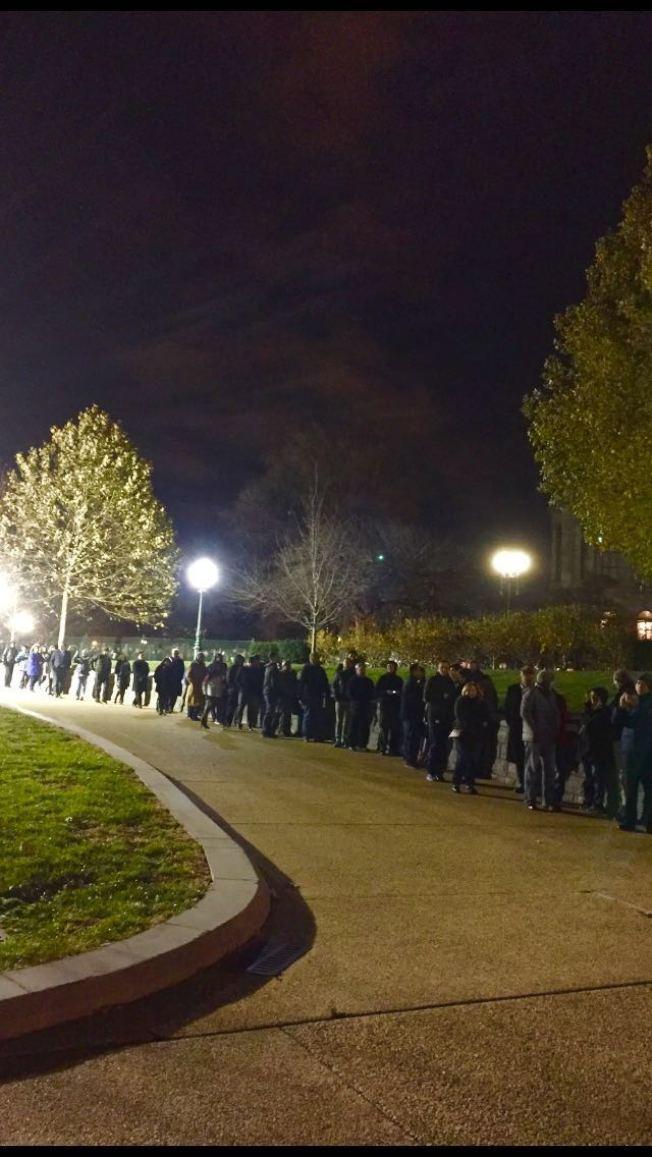 在路燈下排隊等候的民眾居然有增無減。(照片皆為王康生/攝影)