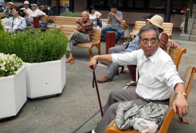 東京巢鴨地藏商業街,是條老人街,該商業街以老人消費者為主要對象,主要經營價廉物美的生活用品。(新華社資料照片)