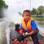 不怕塞車!泰國5歲男童 每天自駕快艇上學