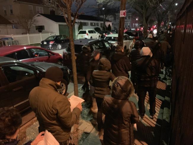 為反對大學點建立遊民收容所,17日晚逾500位民眾前往第25學區公立29小學參與里民大會。(記者賴蕙榆/攝影)