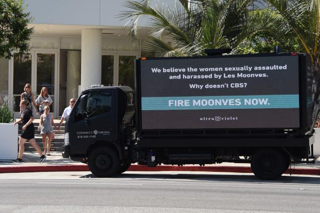 穆恩維斯被爆性侵下屬後,維護女權人士租用小卡車在洛杉磯街頭抗議,要求CBS開除穆恩維斯。(Getty Images)