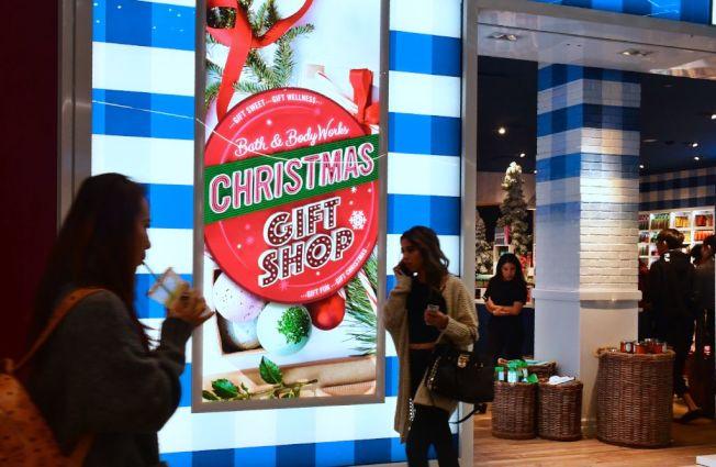 耶誕過後到店裡退貨,可以順便注意折價商品。(Getty Images)