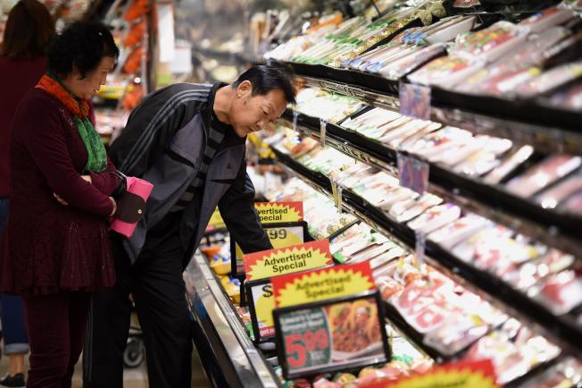 在減價時購買肉類能省下大筆家用開支。(Getty Images)