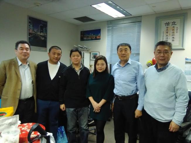 中國遊客減少讓紐約華人旅遊業者感到擔憂。自左至右:李立、Larry、Steven、趙汝菲、Peter袁和王家麟。(韓傑/攝影)