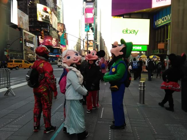 遊客減少,時報廣場的各類卡通人物在休息。(韓傑/攝影)