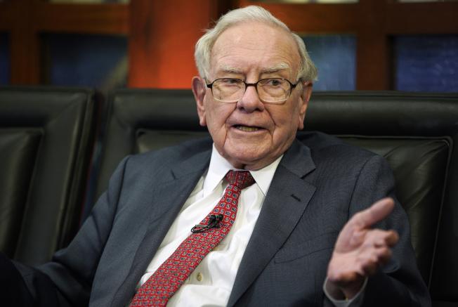 根據富比世雜誌,股神巴菲特目前的價高達825億美元,是全球第三大首富,僅次於亞馬遜執行長貝佐斯和好友兼微軟創辦人蓋茲。美聯社