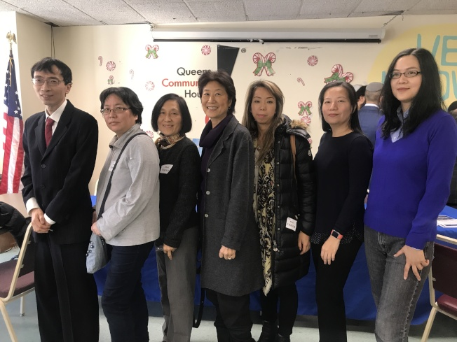 華裔民眾積極參與斯靜格18日舉辦圓桌會議;右一起為何艾米和張善涵,左一為臧東慧,中間為林小蓮。(記者牟蘭/攝影)