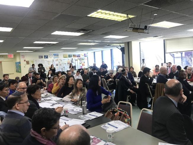 斯靜格18日舉辦圓桌會議上,華裔民眾積極提問。(記者牟蘭/攝影)