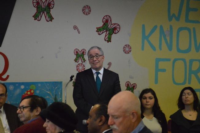 斯靜格(立者)18日在秋園舉辦圓桌會議,傾聽民眾提出問題。(記者牟蘭/攝影)