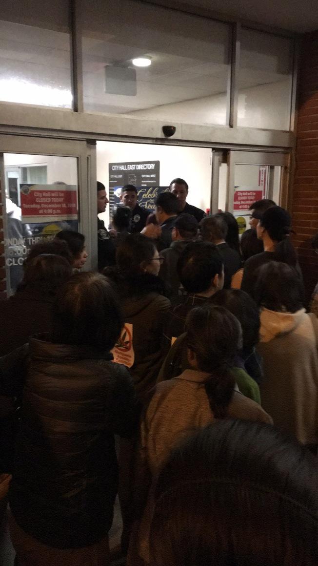 抗議大麻基地的民眾試圖擠進艾爾蒙地市政大樓內。(讀者提供)