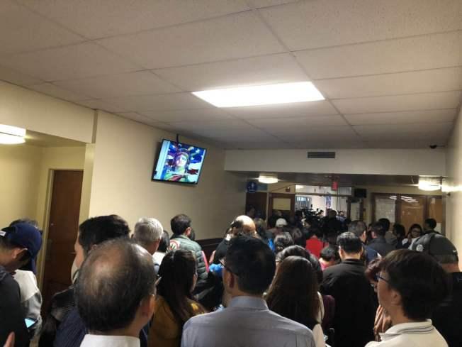抗議大麻基地的民眾將艾爾蒙地議會廳外的長廊擠爆。(記者林佩錦╱攝影)