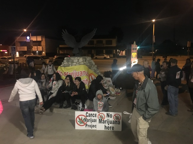抗議大麻基地的民眾在艾爾蒙地市政府大樓前抗議。(記者林佩錦╱攝影)