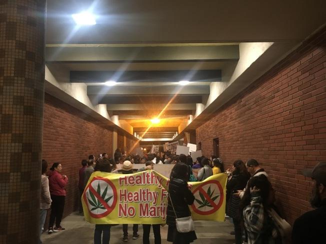 抗議大麻基地的民眾將艾爾蒙地議會廳外的長廊擠爆。(記者林佩錦/攝影)