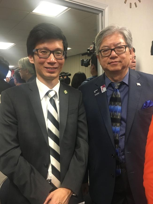 天普市市長文尚丞(左)、市議員喻穎章(右),也到場參與反對建設大麻基地計畫。(記者林佩錦/攝影)