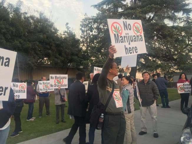 抗議大麻基地的民眾在艾爾蒙地市議會舉行前在門外抗議。(記者林佩錦╱攝影)