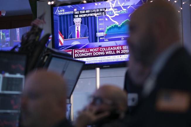 在Fed今年第4次調升基準隔夜拆借利率後,股市19日下跌。(美聯社)