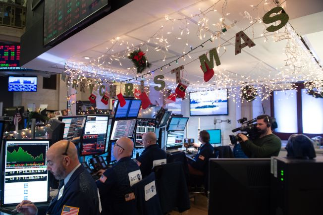 華爾街掛著燈飾,沒有迎來「耶誕行情」,反而迎來今年股市新低。(Getty Images)