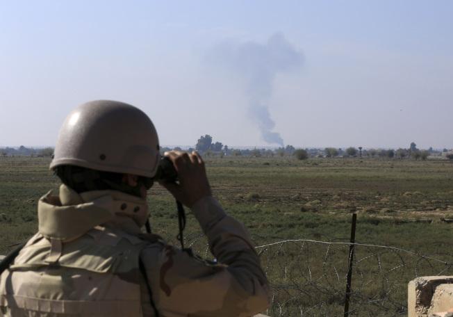 美國為首的盟國戰機在伊拉克東部與敘利亞交界地區轟炸伊斯蘭國據點。(美聯社)