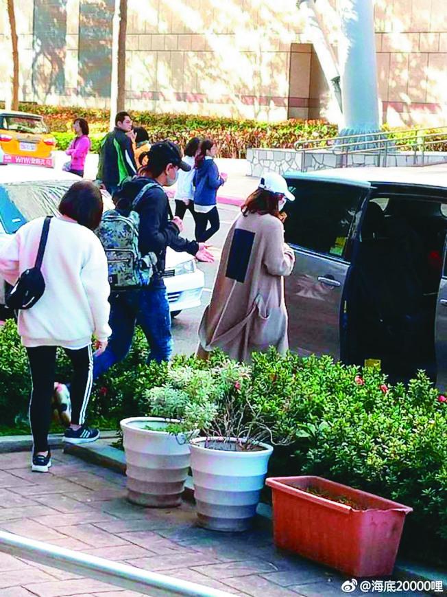 身穿寬鬆裝的劉詩詩(右)和吳奇隆被網友目擊在台北出現。(取材自微博)