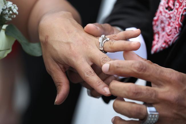 一名麻州男子假結婚六次,以幫助外國女子取得合法身分;他雖犯法,卻不用坐牢。(Getty Images)