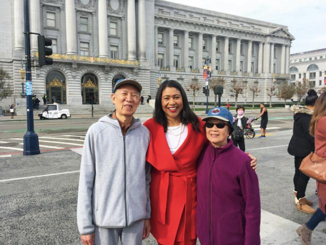 市民與市長一起參加市民中心和市政廳節日慶祝活動,並高興合影留念。