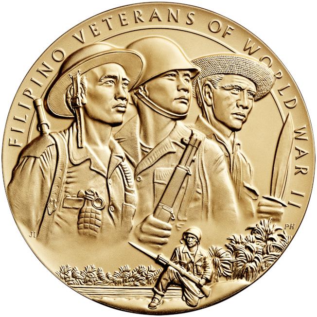 美國政府頒授國會金質獎章給參加二戰的菲律賓老兵。(美國鑄幣印鈔局)