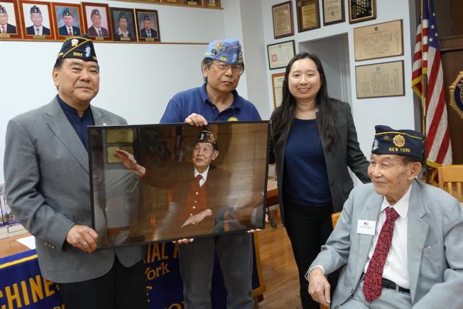 伍覺良(右一)今年5月參加退伍軍人會活動。(記者金春香/攝影)