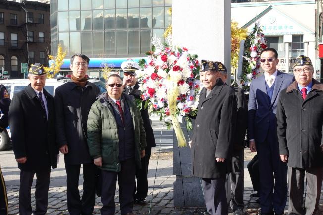 伍覺良(右三)今年11月在華裔退伍軍人華埠遊行活動上。(記者金春香/攝影)