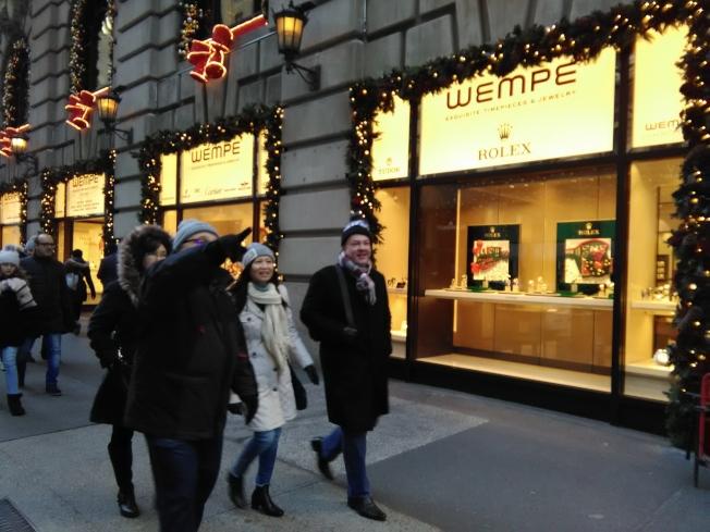 曼哈頓第五大道上有幾家高級手表店,是中國遊客常去之地。(韓傑/攝影)