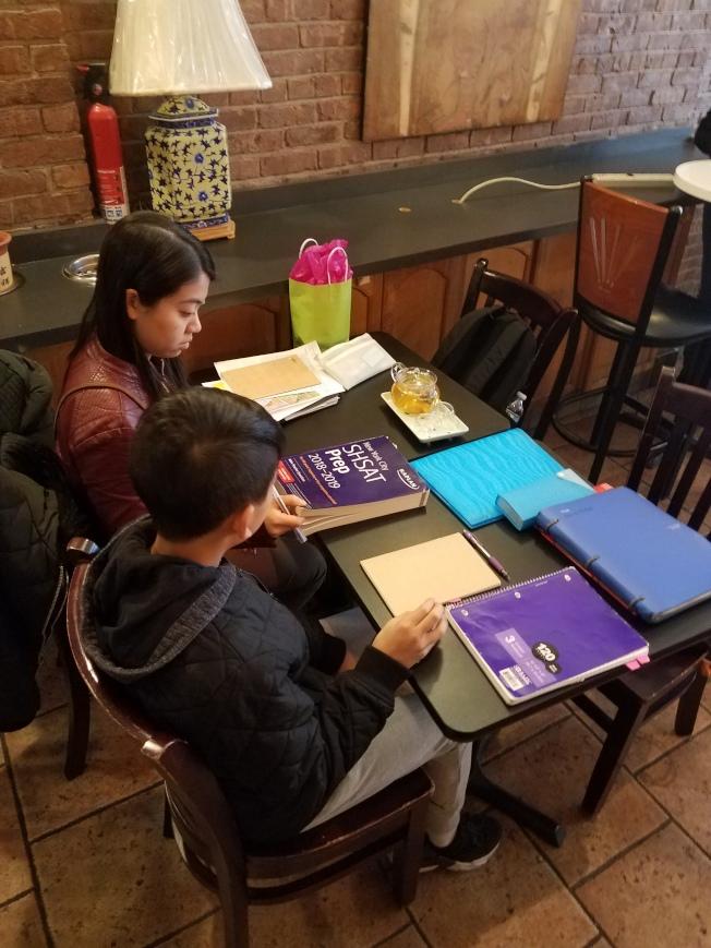 耶誕節假期前周末,華裔學生仍在華埠餐館中努力複習,準備SHSAT考試。(陳家齡提供)