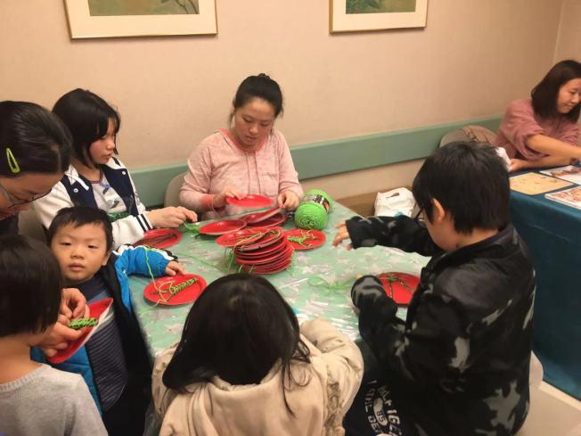 王嘉廉社區醫療中心舉辦耶誕慶祝活動,教導孩子製作耶誕樹裝飾,進行親子閱讀。(記者張筠/攝影)