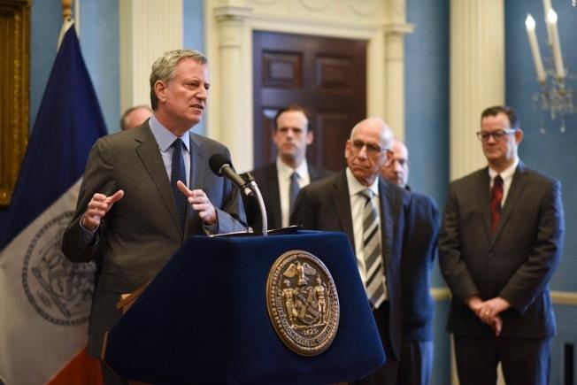 白思豪召開緊急會議指出紐約民眾遭受聯邦政府關門影響。(市長辦公室提供)