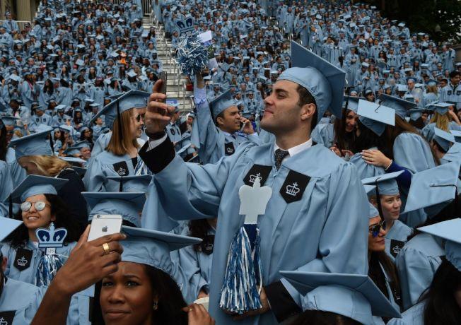 家裡經濟條件能為孩子上大學負擔多少,家長應與孩子坦白溝通。(Getty Images)