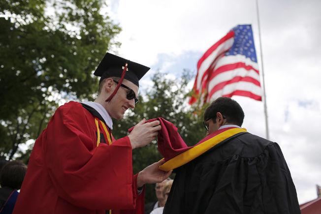 對於上大學開銷,父母需要與孩子坦白溝通。(Getty Images)