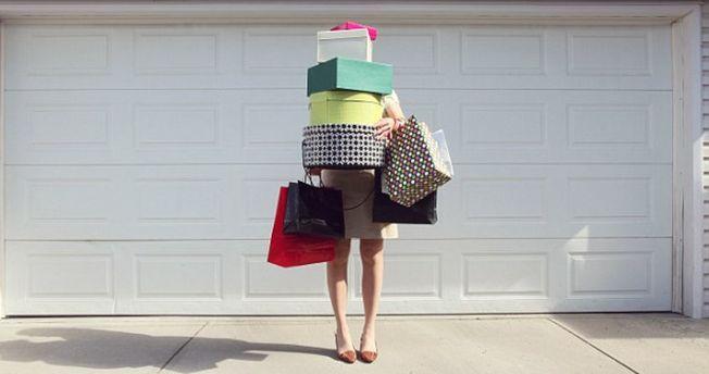 消費者主要會超支,大多是由於經濟學家所謂的「厭惡損失」現象。(Getty Images)