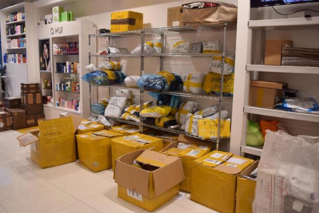 不少包裹擺放在快遞公司門店等著處理。(記者顏潔恩/攝影)