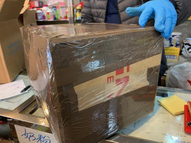 業者近日忙於打包民眾包裹,爭取在農曆新年之前將禮物郵寄回國。(記者賴蕙榆/攝影)
