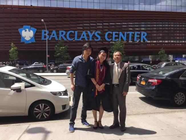蔡惠玲(中)感謝先生(左)和公婆的支持,公公(右)為長樂一中美國校友會的陳端應。(蔡惠玲提供)