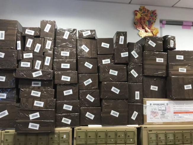 為趕上節日送禮,快遞業者表示貨物皆須在月底前發出。(業者蕭晨提供)
