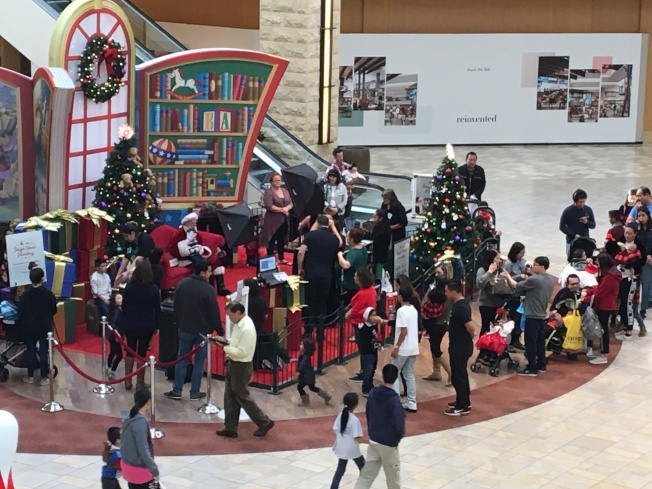 在工業市朋地山購物中心,不少家長排隊等待子女與耶誕老人合影。(記者啟鉻/攝影)
