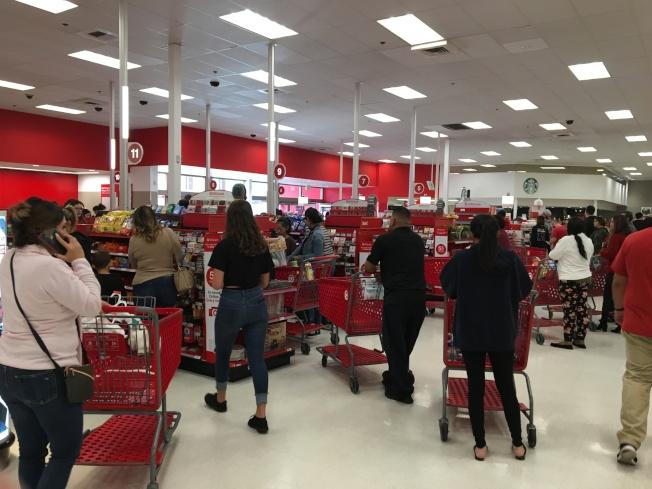 超市商場內24日購物顧客等待結帳。(記者啟鉻/攝影)