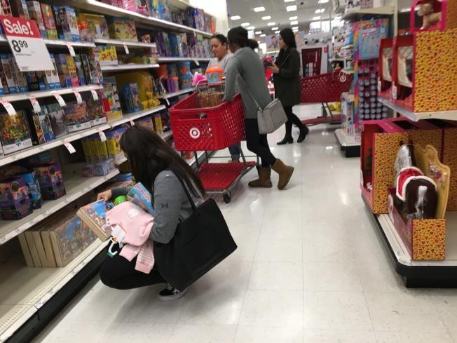 耶誕節最後一天很多家長購買子女及親友禮物。(記者啟鉻/攝影)