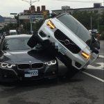 VOLVO騎上BMW 車牌都是「9555」…竟是醋妻怒撞夫