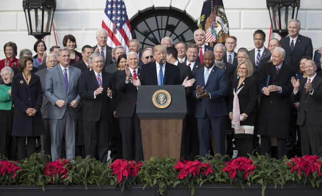 稅改法案通過立法後,川普總統在白宮前草坪舉行慶功會。(美聯社)