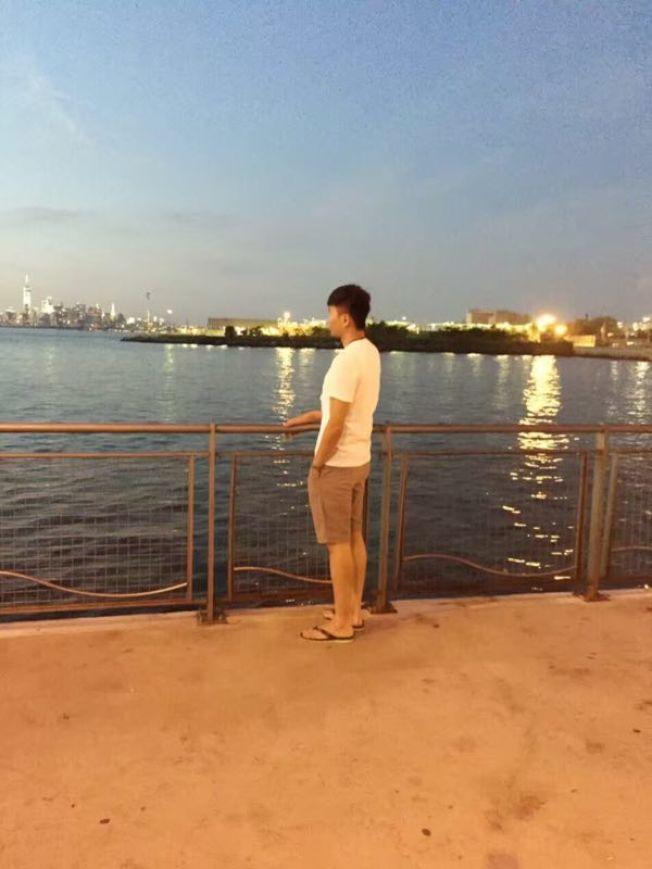 蔣先生15歲離開中國來美,輾轉兩個家庭,讓他不知道自己的歸屬在哪裡。(蔣先生提供)