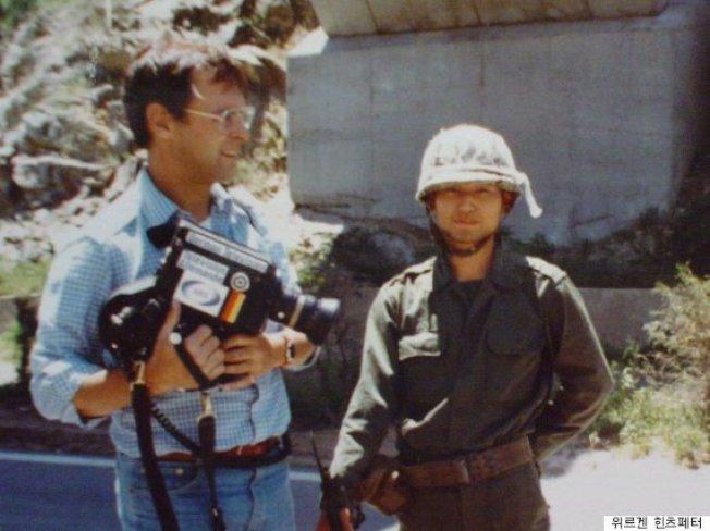 已故德國記者辛茲佩特(左)1980年到光州記錄下民主化運動的畫面。(取材自推特)