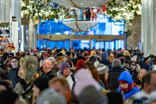 美國今年假日購物買氣旺盛,為六年來零售商最佳業績,26日股市道瓊衝漲千點。(Getty Images)