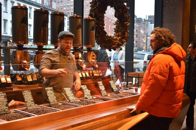 客人可在店裡買到未包裝、剛烘焙好的咖啡豆。(記者顏嘉瑩/攝影)